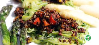 Quinoa-auf-Zucchinispaghetti-basisch
