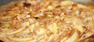 Apfelkuchen-auf-Blätterteig-mit-Marzipan