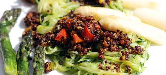 Quinoa-auf-Zucchinispaghetti