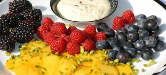 Obst-mit-Pistaziensahne